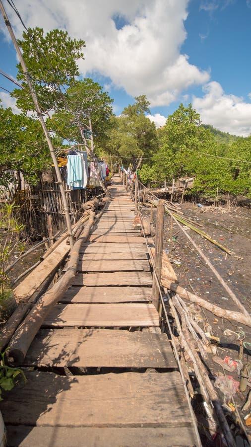匾的桥梁在Coron镇恶劣的区  Busuanga 城市` s贫民窟的看法从河的 库存照片