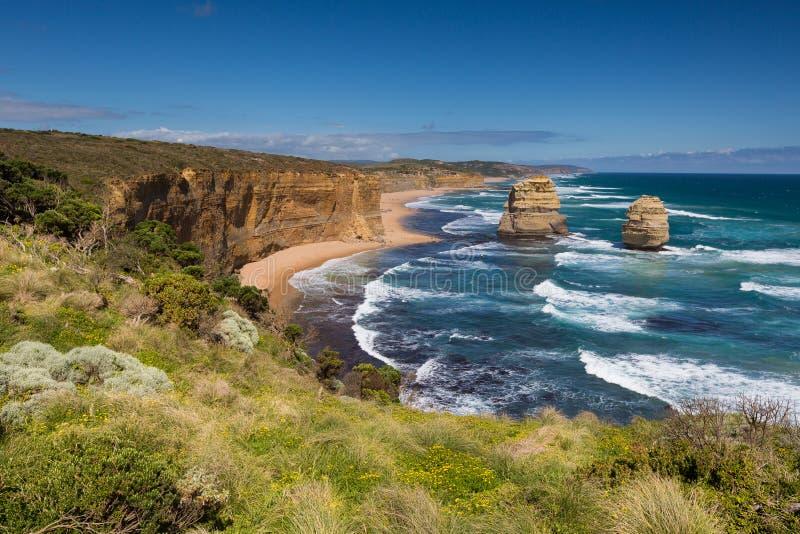 十二位传道者和蓝天在晴天,伟大的海洋路,澳大利亚 图库摄影