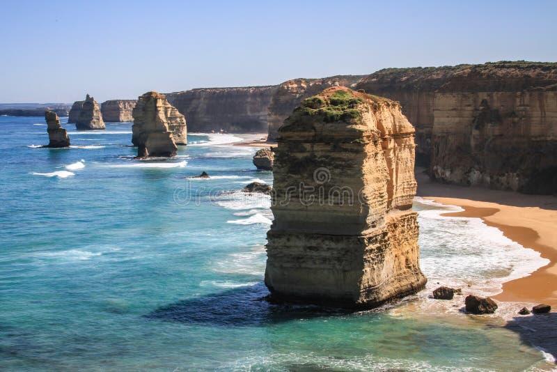 十二使徒岩在一光彩的好日子,伟大的海洋路,维多利亚,澳大利亚 免版税库存照片