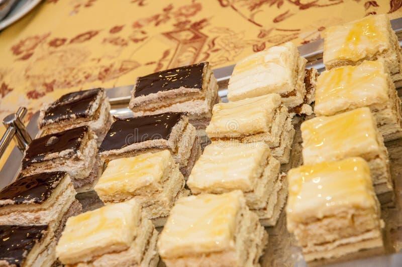 十几个乳脂状和巧克力蛋糕盘子  库存图片