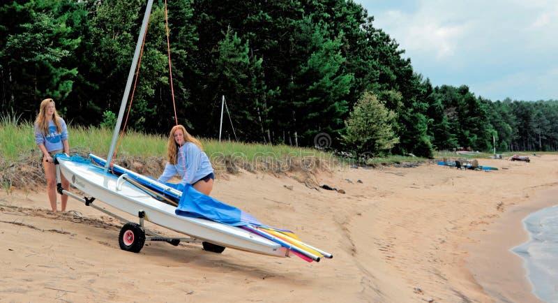 十几岁的女孩准备好航行 免版税库存照片