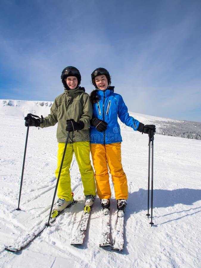 十几岁的女孩和男孩滑雪 图库摄影
