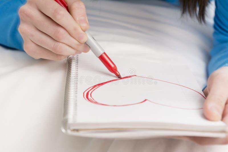 十几岁的女孩图画心脏 免版税库存图片