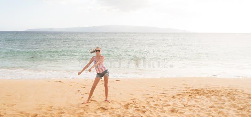 十几岁的女孩在海滩的飕飕声跳舞 免版税图库摄影
