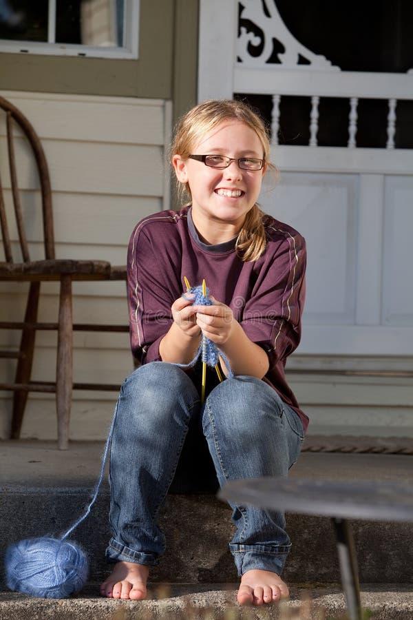 十几岁的女孩坐的外部编织 图库摄影