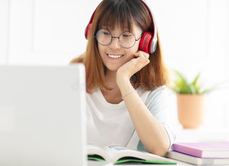 十几岁的女孩学习参考书在家 免版税库存图片