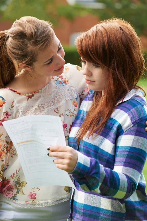 十几岁的女孩慰问在坏检查结果的朋友 库存图片