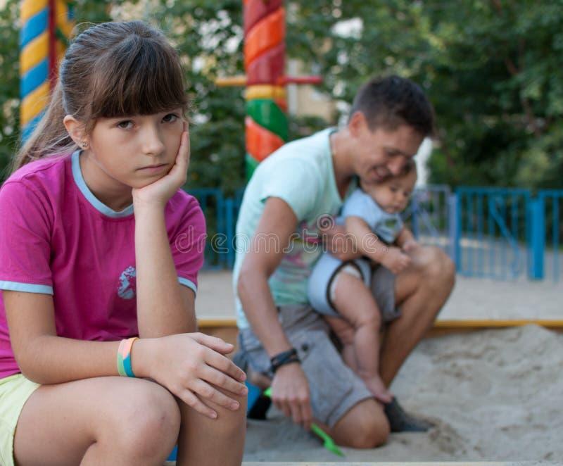 十几岁的女孩懊恼与她的家庭 免版税图库摄影