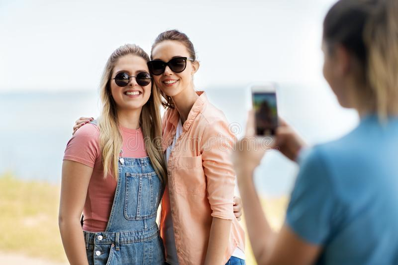 十几岁的女孩或最好的朋友被拍摄 库存图片