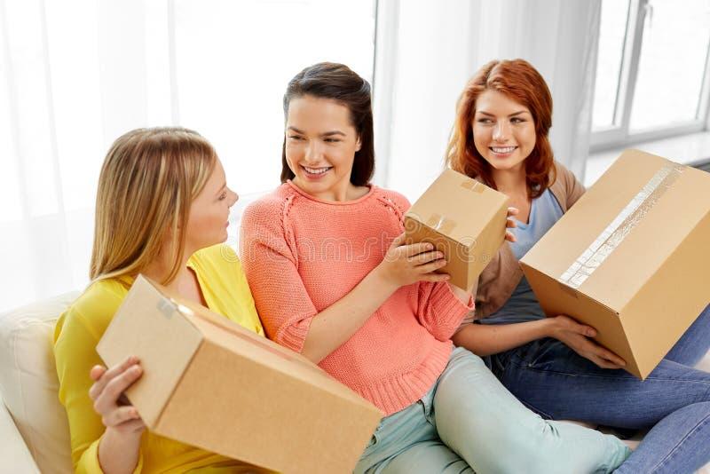 十几岁的女孩或朋友有小包箱子的 免版税库存照片