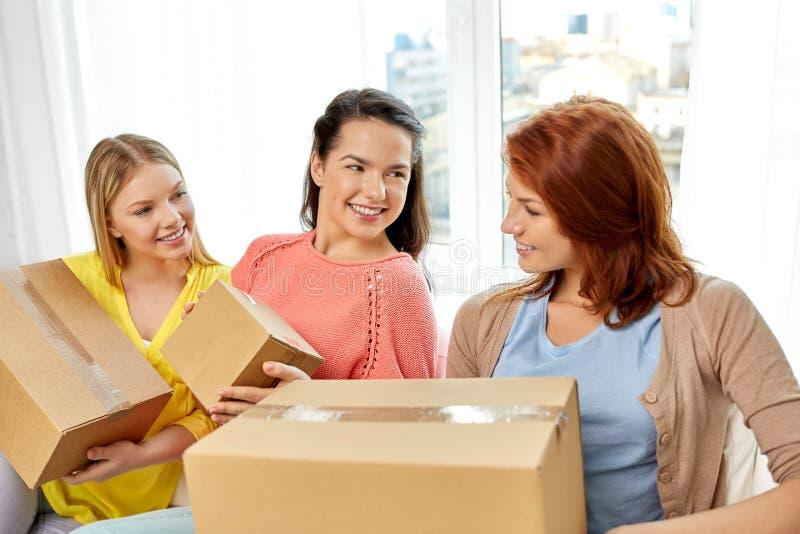 十几岁的女孩或朋友有小包箱子的 库存图片