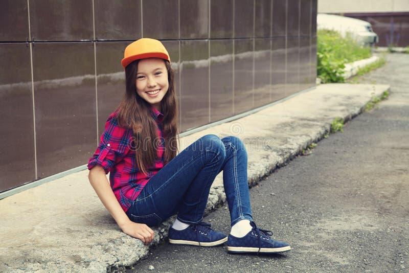 十几岁的女孩户外 青年生活方式 青少年画象在城市 免版税库存图片