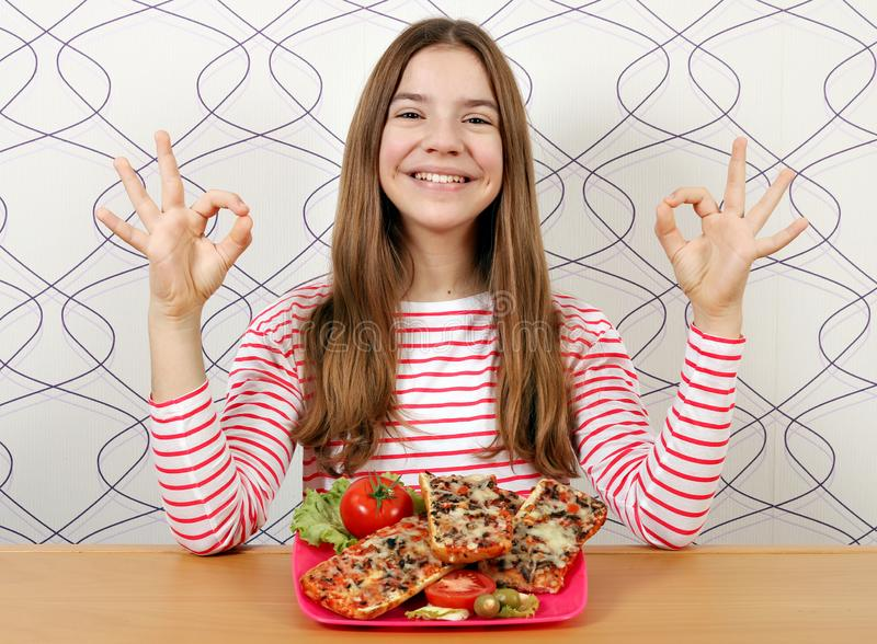 十几岁的女孩用三明治和好手标志 库存图片