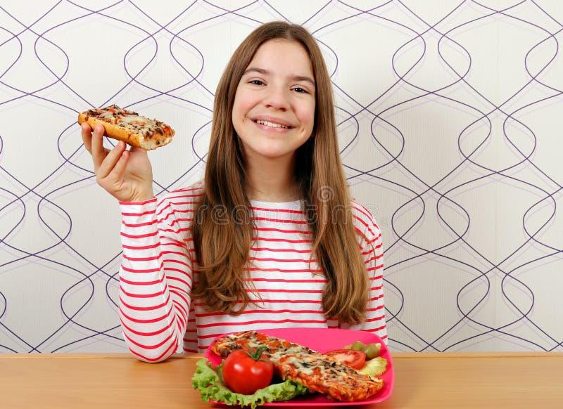 十几岁的女孩用三明治 免版税库存图片