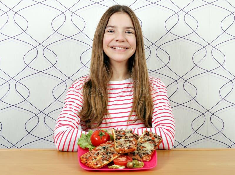 十几岁的女孩用鲜美三明治 免版税库存照片