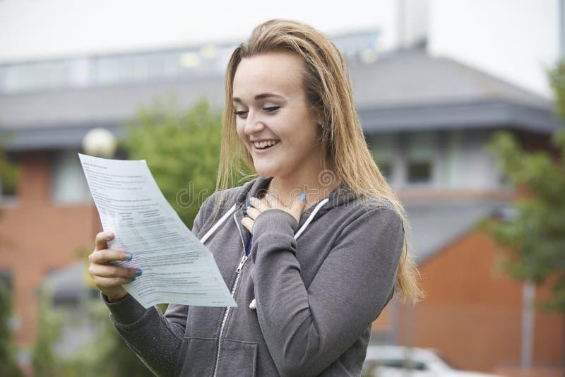 十几岁的女孩满意对好检查结果 库存照片