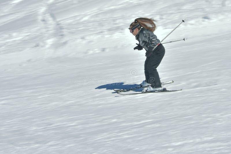十几岁的女孩滑雪在奥地利 免版税库存照片