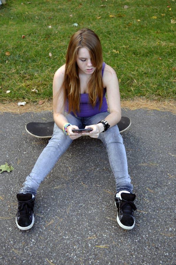 十几岁的女孩Texting 库存图片