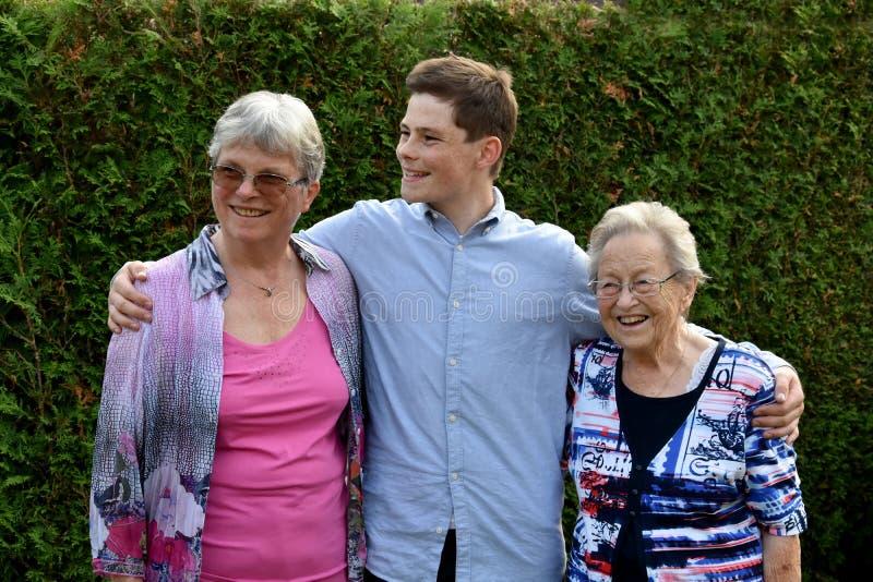 十几岁的男孩和他的祖母 免版税库存图片