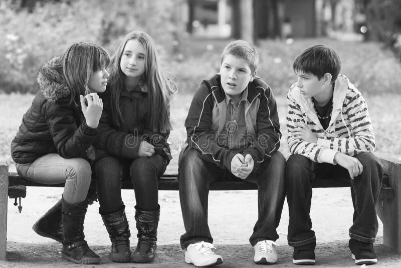 十几岁的男孩和女孩获得乐趣在秋天公园 免版税图库摄影