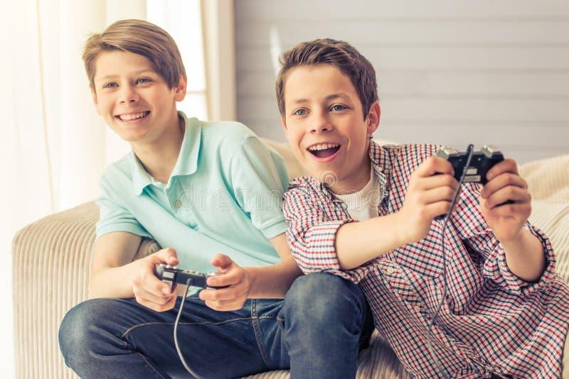 十几岁的男孩在家 免版税库存照片