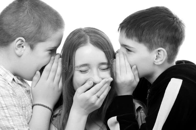 十几岁的男孩耍笑与十几岁的女孩 免版税库存照片