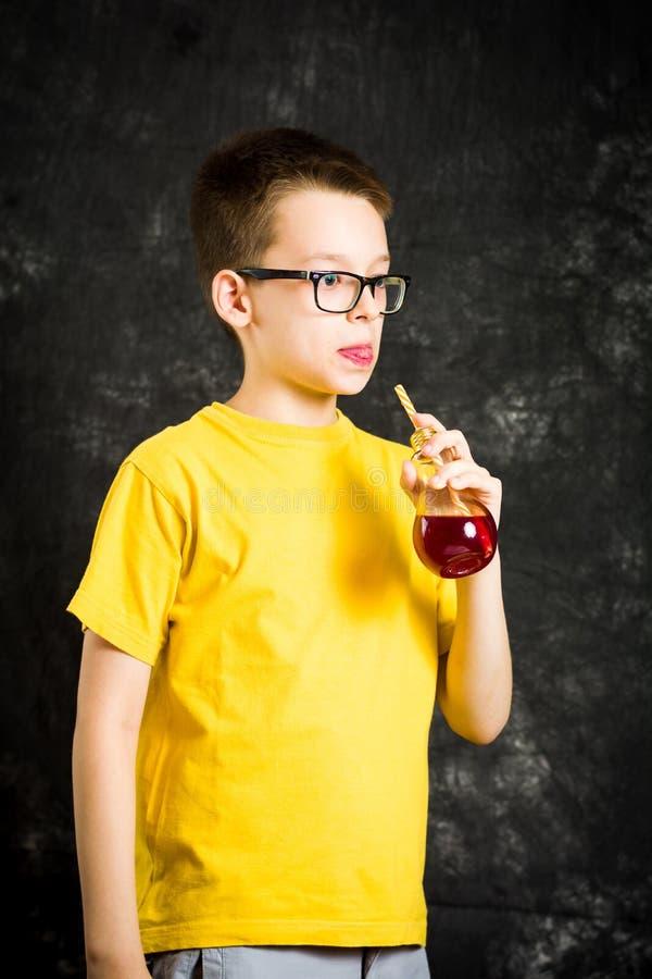 十几岁的男孩饮用的果汁 免版税库存照片