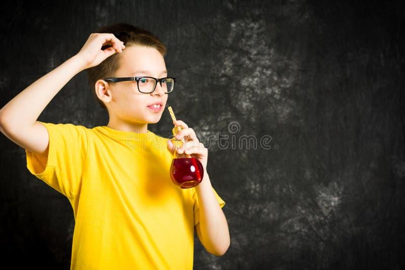 十几岁的男孩饮用的果汁 免版税库存图片