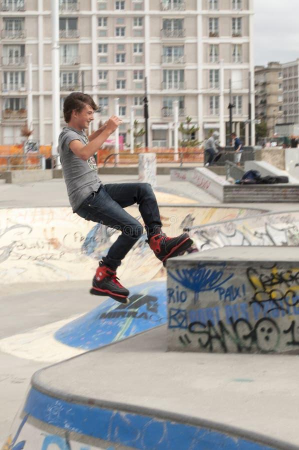 十几岁的男孩rollerblader 图库摄影片