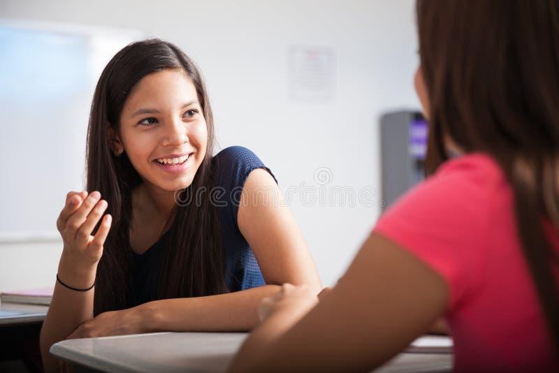 十几岁谈话在教室 库存照片