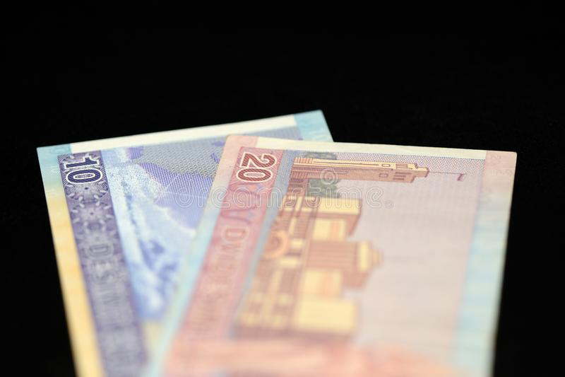 十和二十立陶宛litas钞票在黑暗的背景的 免版税库存图片