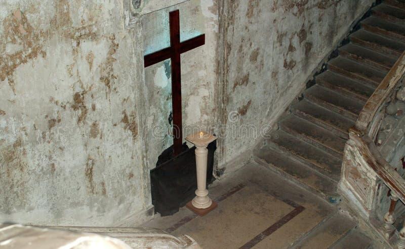 十字架、灯和台阶在教会里 库存照片