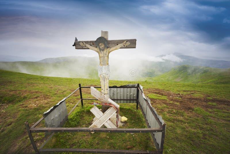 十字架和云彩在山在日出 库存照片