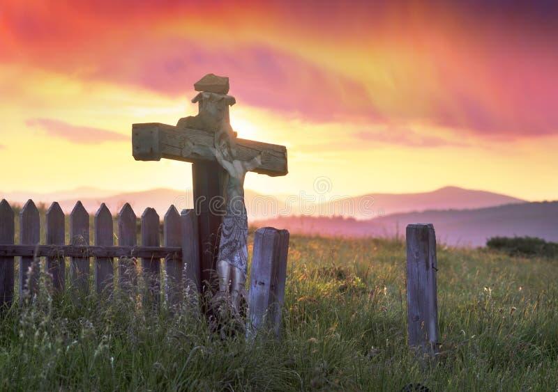 十字架和云彩在山在日出 图库摄影