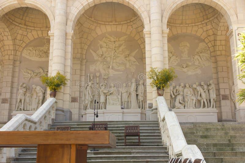 十字架和受难象的方式修造了几年前由圣路易斯Montfo 免版税库存图片