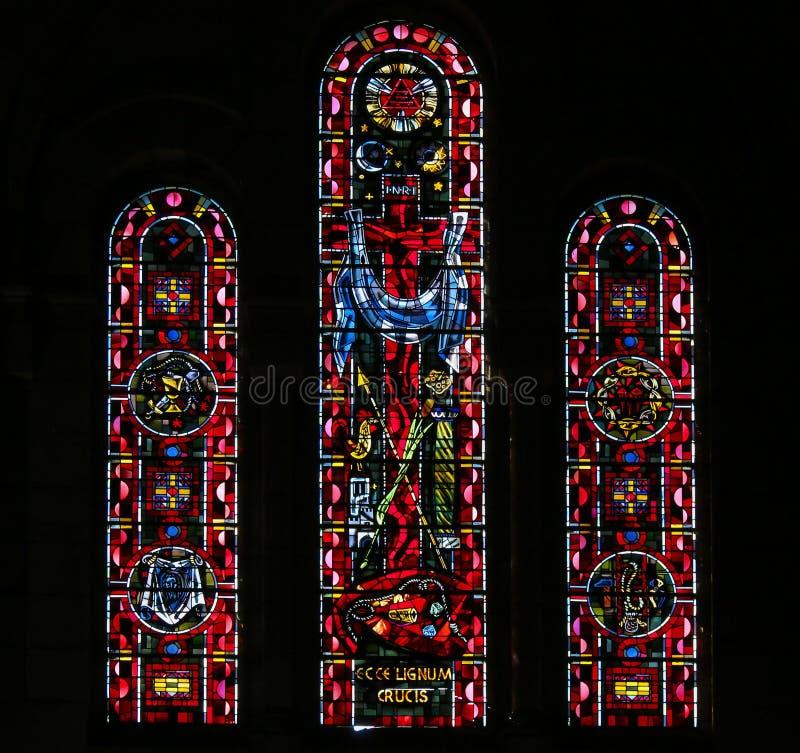 十字架和基督激情的标志的彩色玻璃  图库摄影