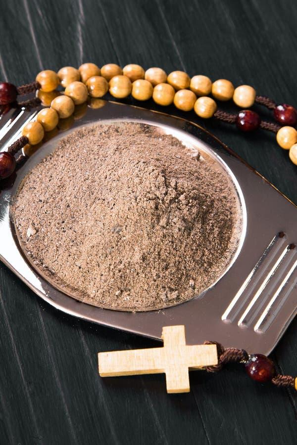 十字架和灰-复活节前的第七个星期三的标志 库存照片