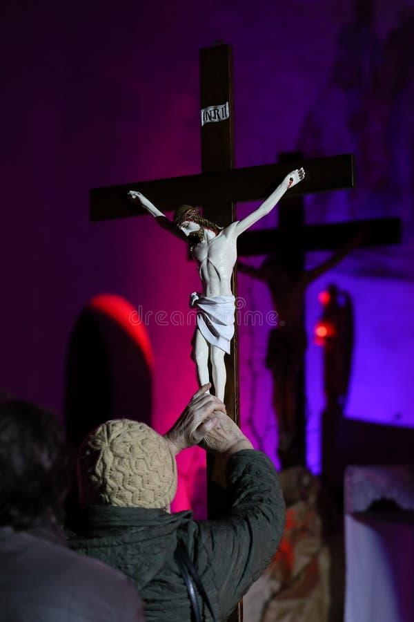 十字架在发怒道路期间的教会里 库存照片