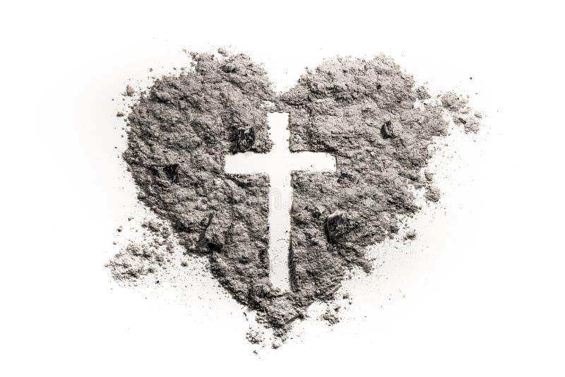 十字架或耶稣受难象在心脏标志由灰制成 免版税库存图片