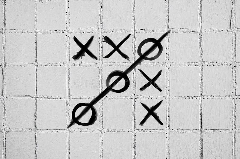 十字架比赛在白色瓦片一个混凝土墙上用脚尖踢  库存例证