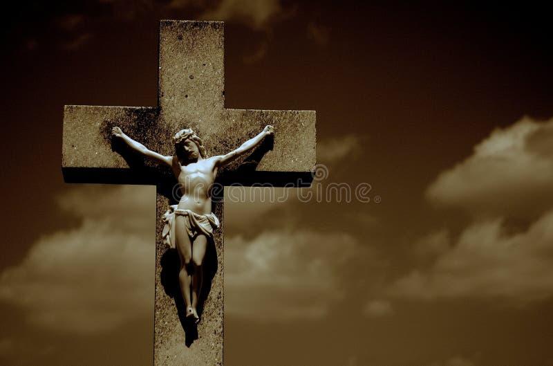 十字架的耶稣基督在黑暗的背景 免版税库存照片