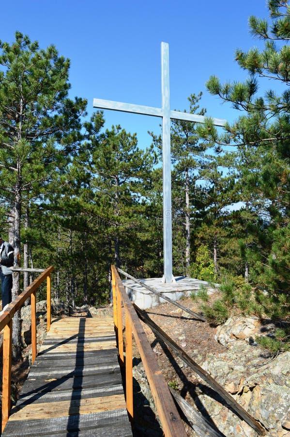十字架,在小山顶部 图库摄影