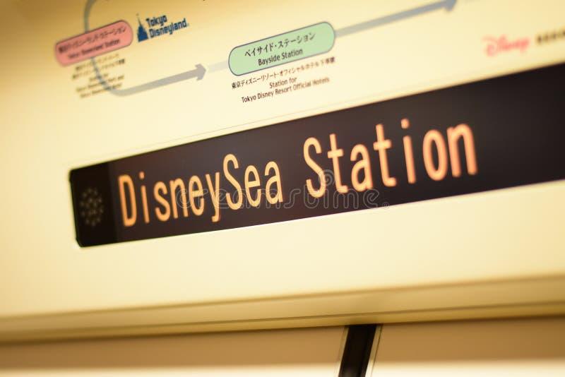 千叶,日本:东京Disneysea驻地LED在东京迪斯尼手段单轨铁路车线,浦安,千叶,日本的标签显示 免版税库存图片