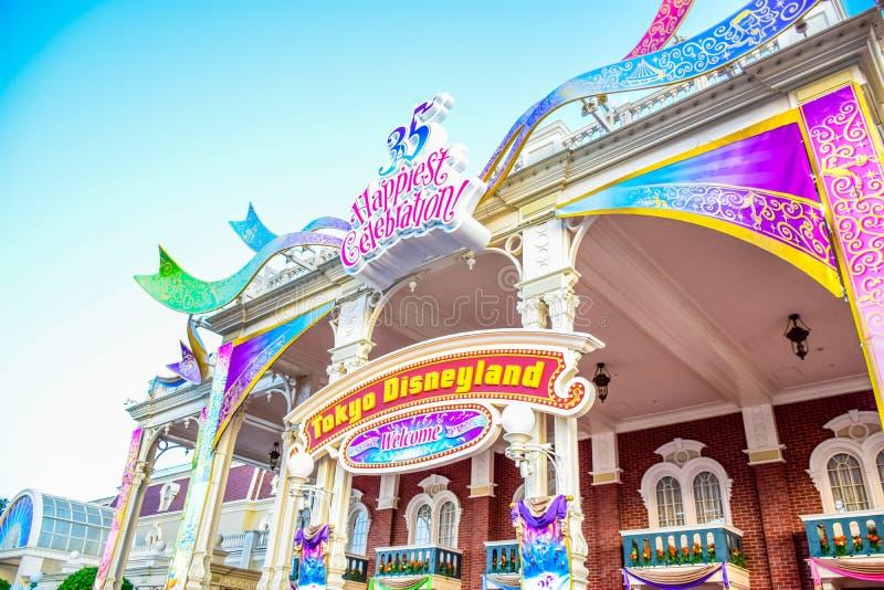千叶,日本:在庆祝第35个最愉快的庆祝事件的装饰入口在东京迪士尼乐园度假区 库存照片
