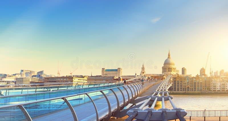千年桥梁和圣保罗` s大教堂的全景图象 免版税库存图片