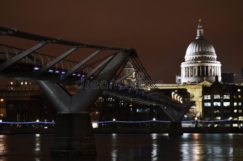 千年桥梁和圣保罗` s大教堂,伦敦 免版税库存图片