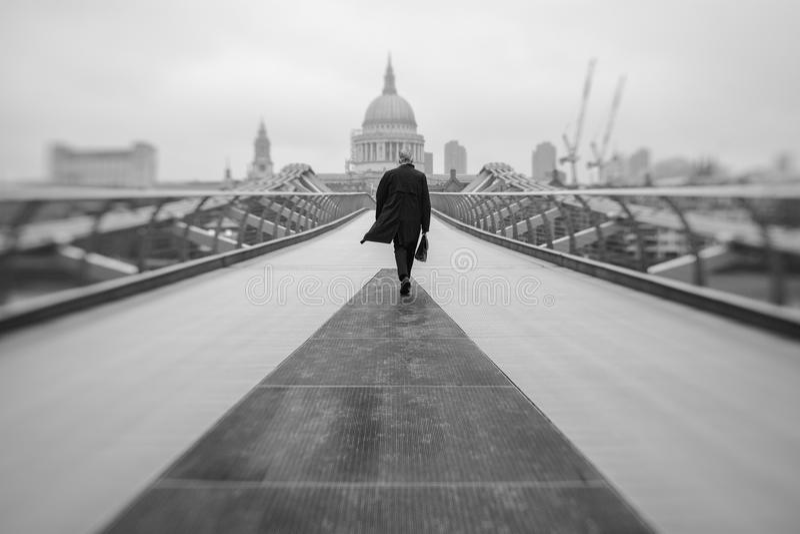 千年桥梁的通勤者在伦敦 库存照片