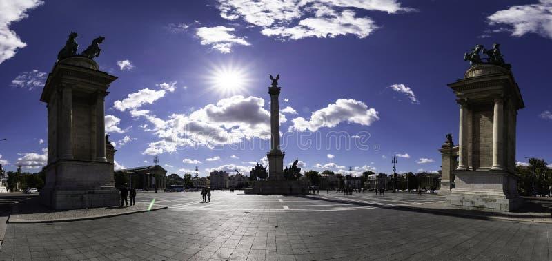 千年纪念碑Millenniumi emlékmű的由后照的看法在Hosok广场,布达佩斯 免版税图库摄影