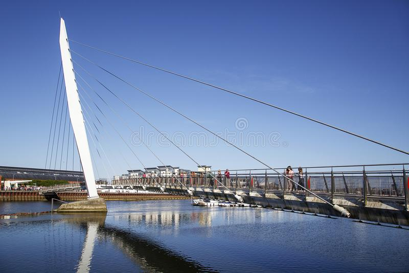 千年风帆桥梁在斯旺西小游艇船坞 免版税库存照片