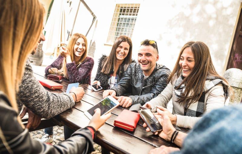 千福年的朋友编组获得乐趣使用流动巧妙的电话- Y 免版税库存照片